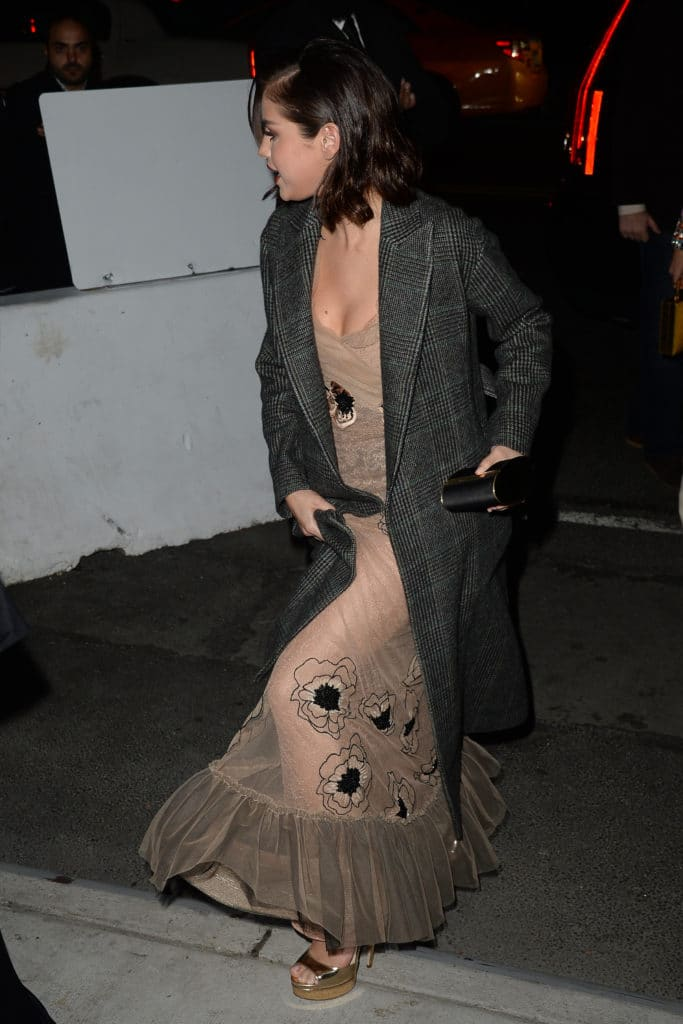 Selena Gomez wears trench coat in NYC (3)